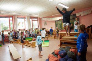 Schüler springen über einen Parcour